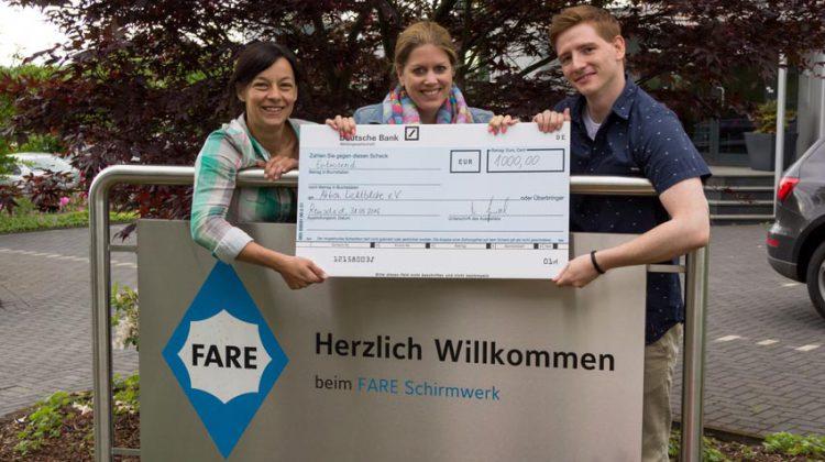 Fare spendete 1000 Euro für die Aktion Lichtblicke. Unser Foto zeigt (v.l.) Vesna Kronenthal, Carina Hartmann und Björn Kaiser.  (Foto: FARE)