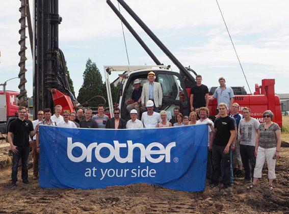 Mit dem Spatenstich begann der Bau der 1.500 Quadratmeter großen Lagerhalle, die im November fertiggestellt sein soll. (Foto: Brother Internationale Industriemaschen GmbH)